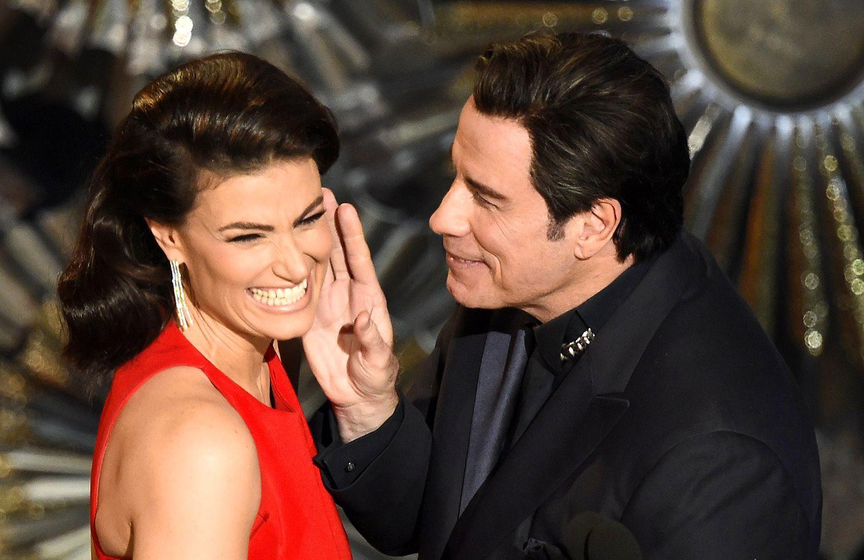 El actor y cantante John Travolta, fue el foco de atención en la pasada entrega del Oscar, primero por arruinar la sesión de fotos en la alfombra roja de Scarlett Johansson, ya que cuando la prensa intentaba fotografiar a la rubia actriz, Travolta pasó por detrás, arruinando la imagen que los periodistas buscaban. Acto seguido, Travolta quiso compensar el momento a Johansson, regresando para darle un beso en la mejilla, acto que la actriz no esperaba, y la expresión en su cara lo dijo todo…