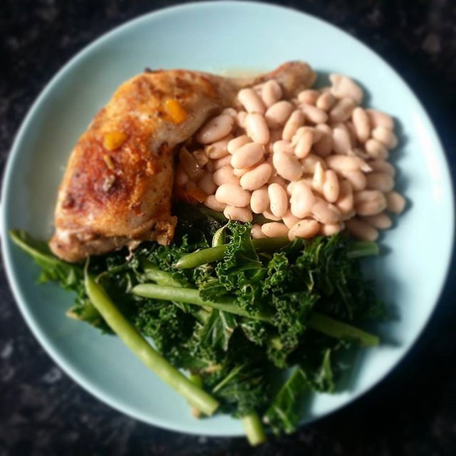 Simple dinner of Lemon & Garlic Chicken with canellini beans, kale and green beans. I always finish off my kale with a squeeze of fresh lemon juice and salt & pepper to serve. Try it on your fresh veg I ensure you it makes everything taste 10 x better. #chicken #garlic #kale #healthychoice #fullonslowcarb #slowcarbdiet #healthychoice #healthyfood #protein #doubleprotein #dinner #lemon
