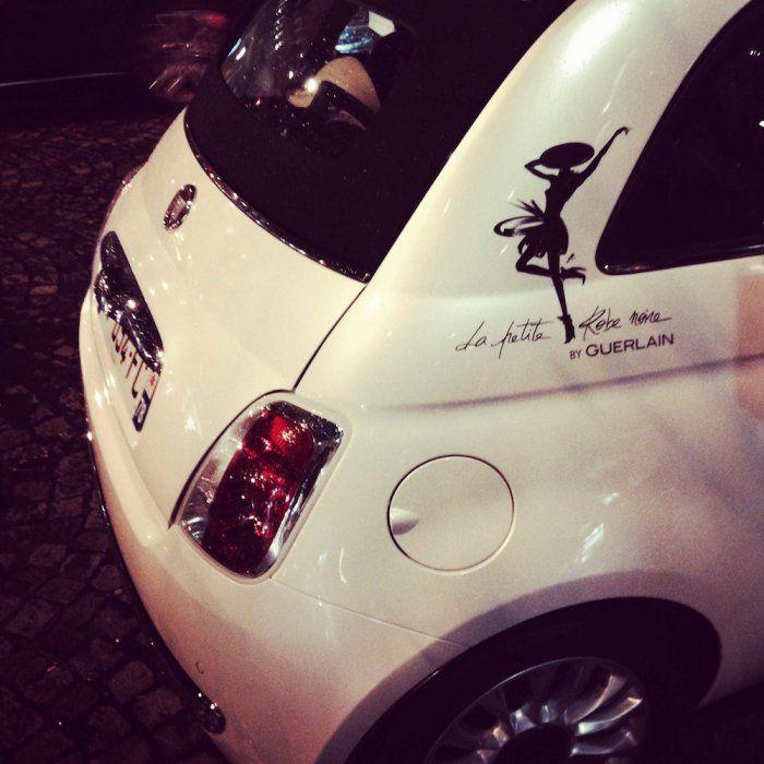 La Petite Robe Noire au volant de la Fiat 500
