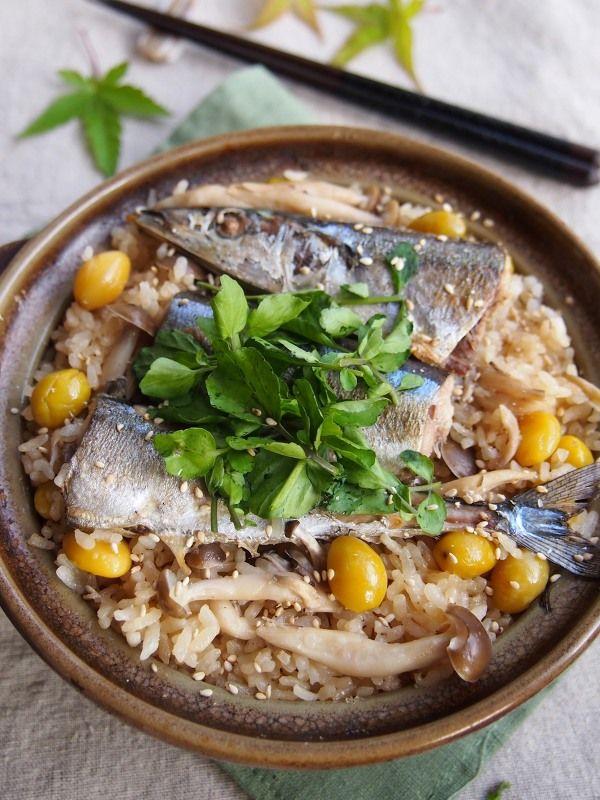 土鍋の中のさんまとしめじの炊き込みご飯