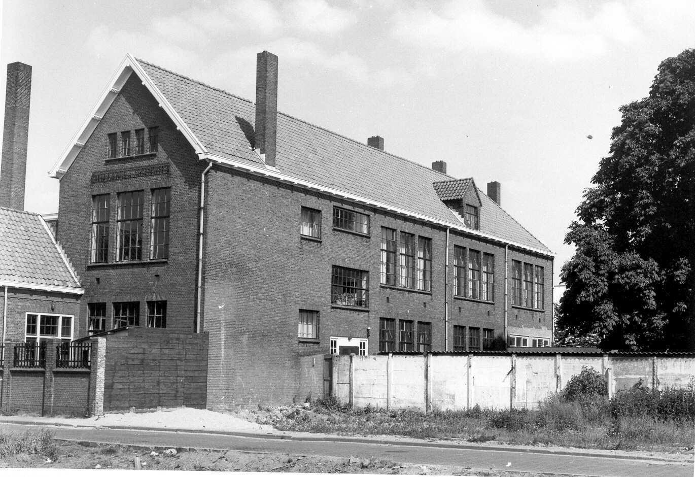 Warmoesstraat Meander-college afdeling MAVO, eerder Julianaschool. Aan het begin van de straat nabij de Schoolstraat.