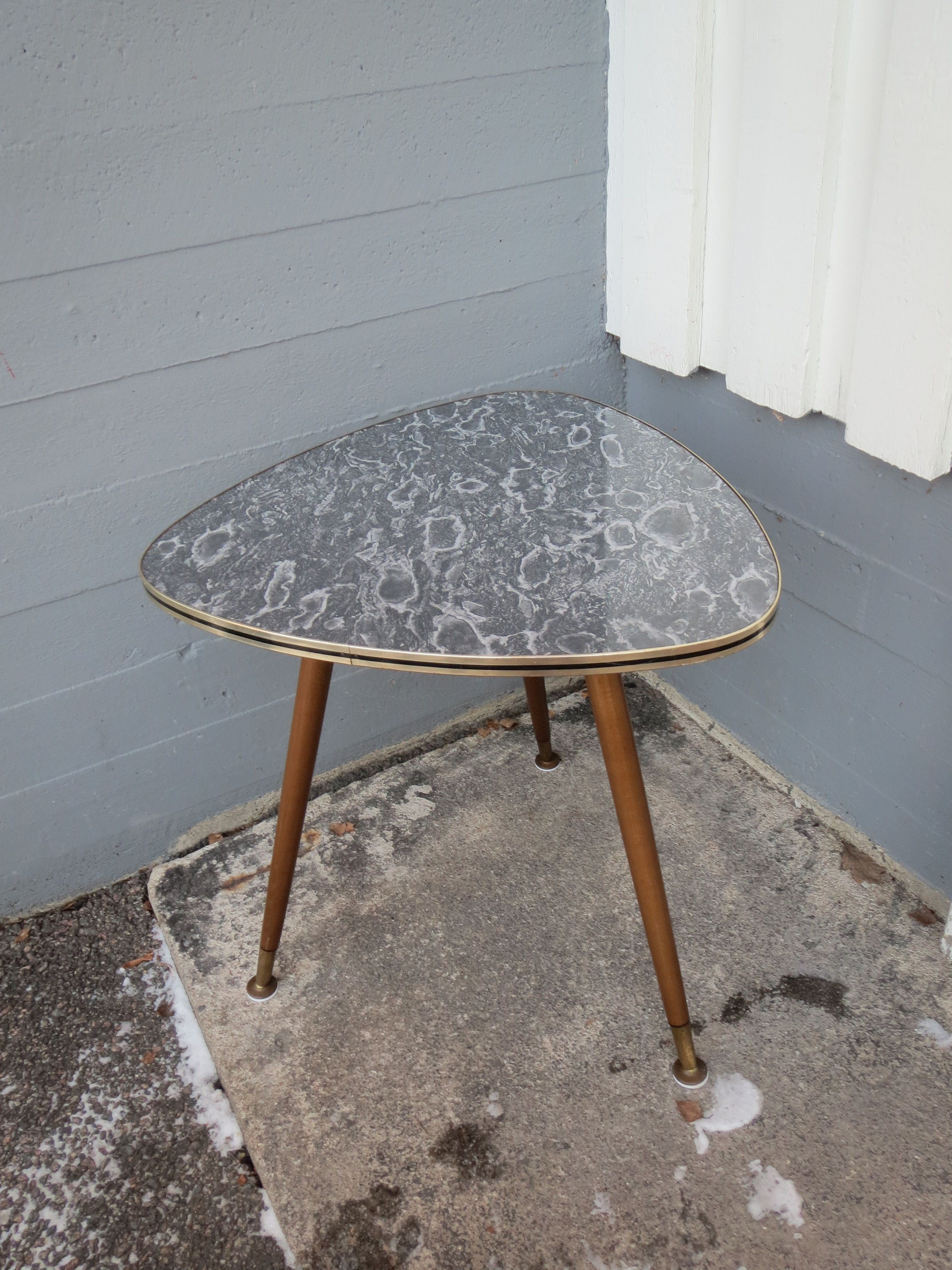 Upea 50 luvun pieni pöytä, sohvapöydäksi tai sivupöydäksi Erittäin siistikun