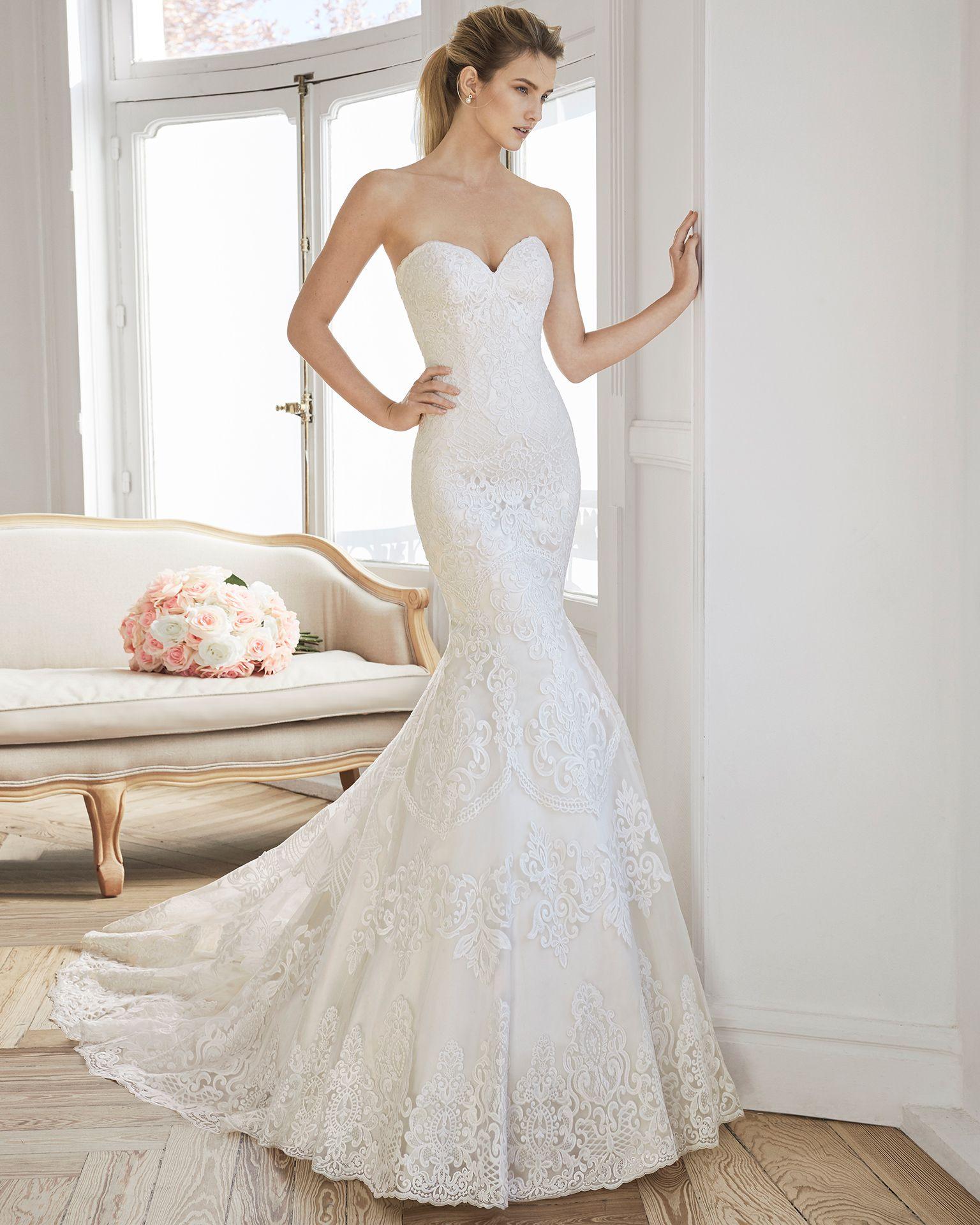 36e52e6218 Vestido de novia corta sirena de encaje. Escote palabra de honor y espalda  en V. Disponible en colores marfil y natural champagne.