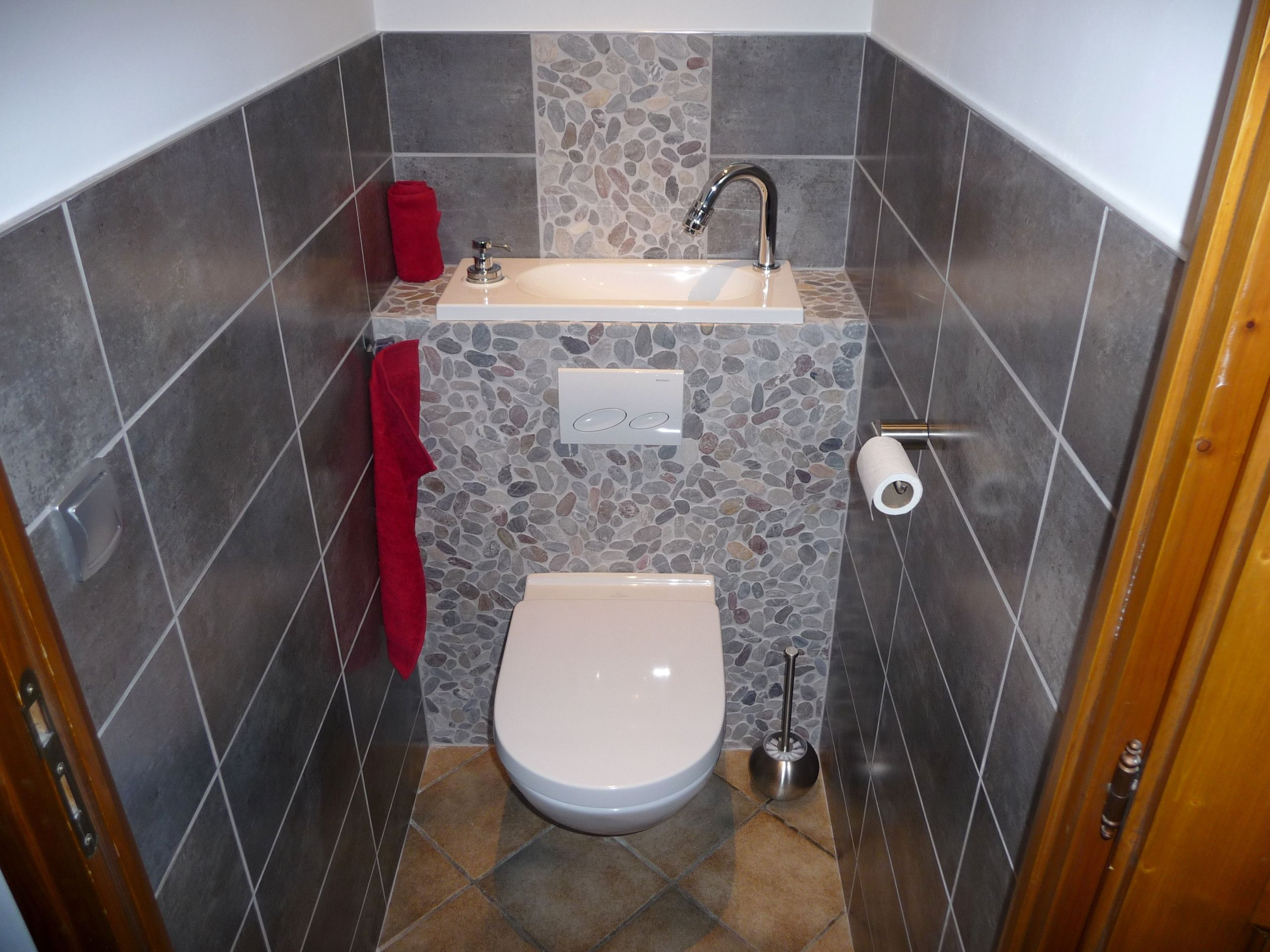 Wc avec lavabo d coration int rieure en galets http - Decoration toilette suspendu ...