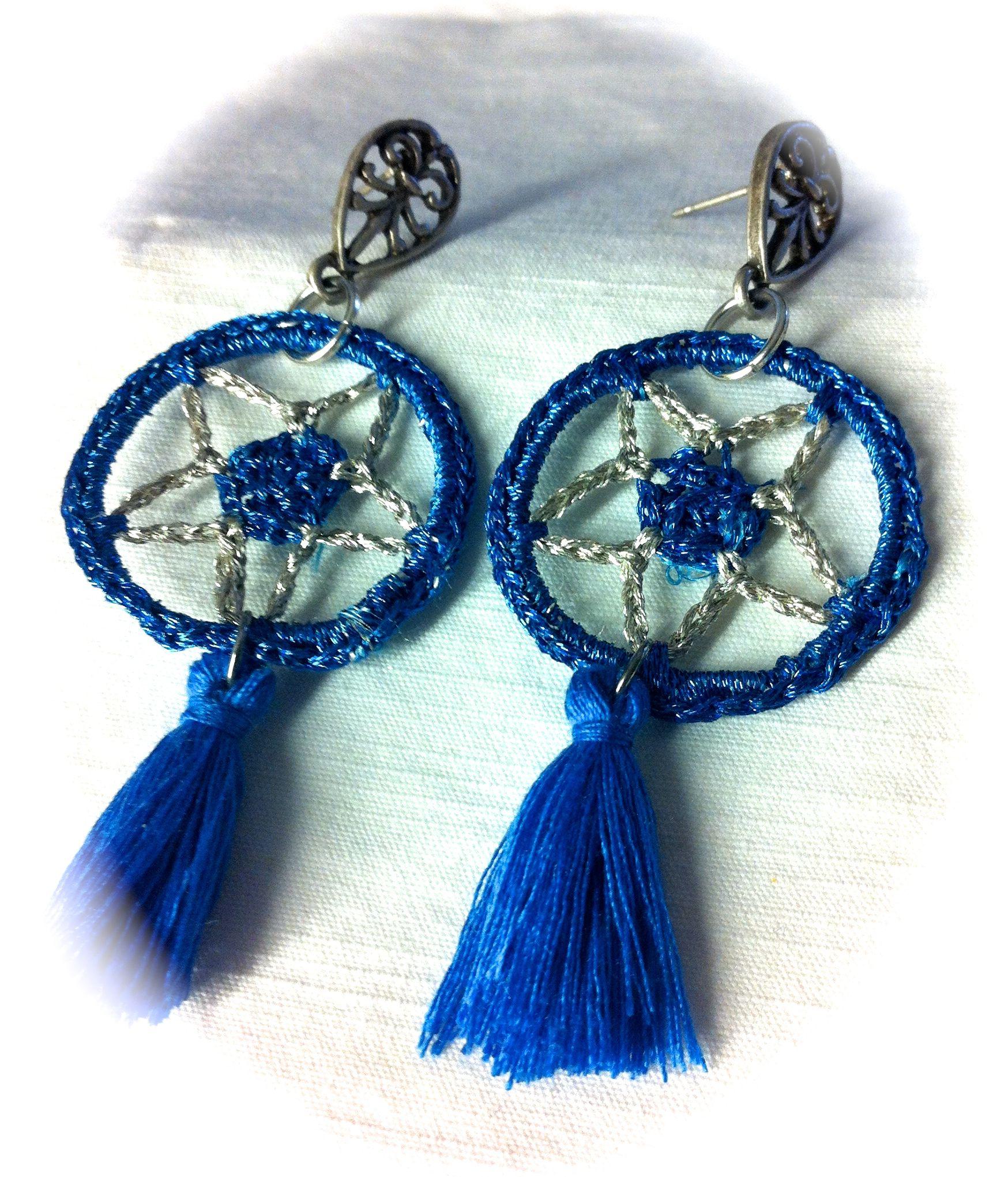"""Pendientes croxet, modelo """"Estrella"""" tejidos a mano con hilo plateado, y hilo azul metalizado, pompones de algodón: 12€"""