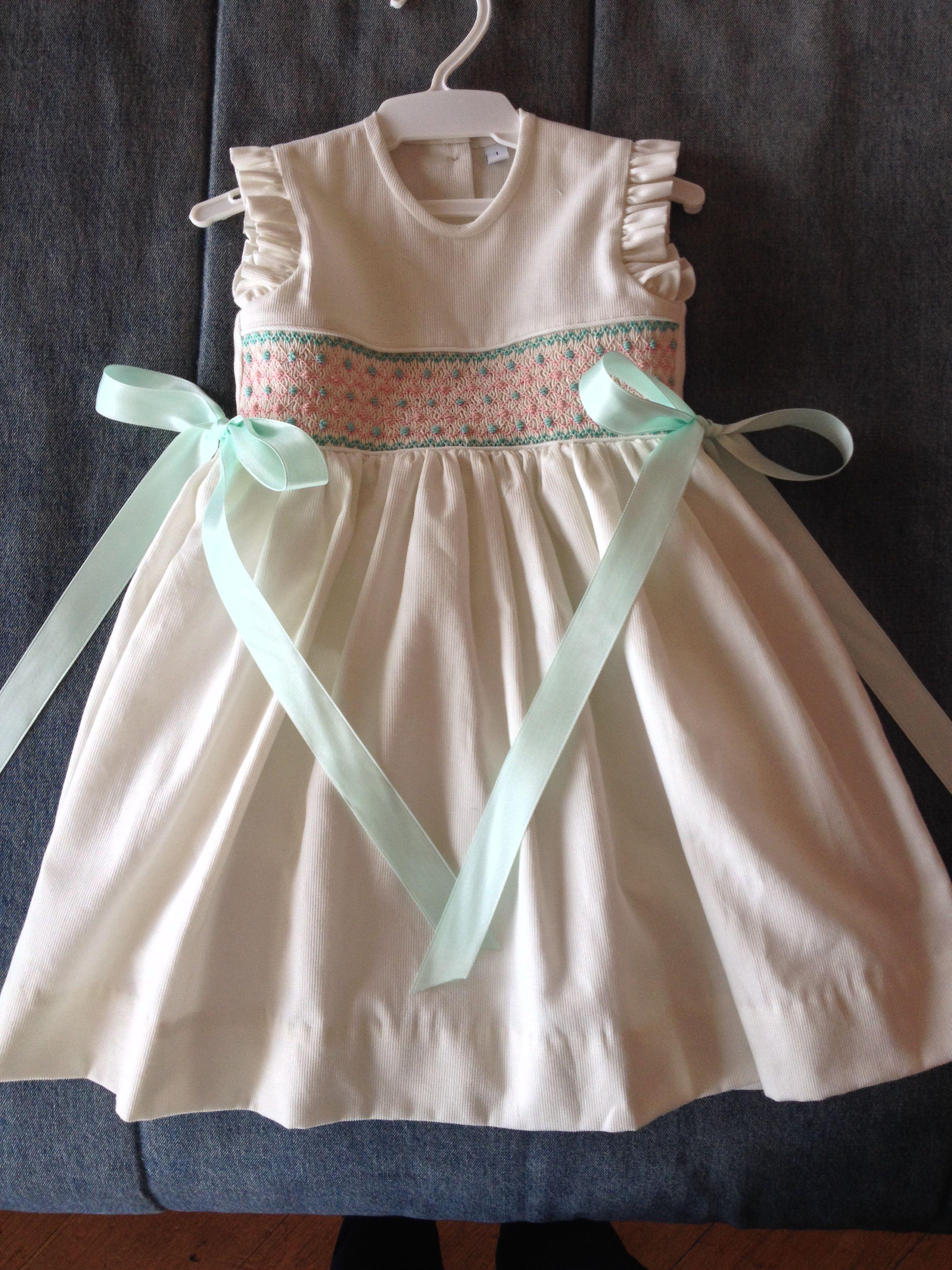 Vestido T1 hecho por gabriela belloso bordado en  nido de abeja. Smocked dress