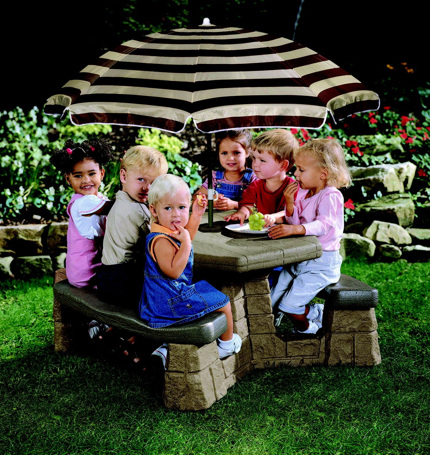 Step 2 Naturally Playful Picnic Table With Umbrella 72 X 43 X 40