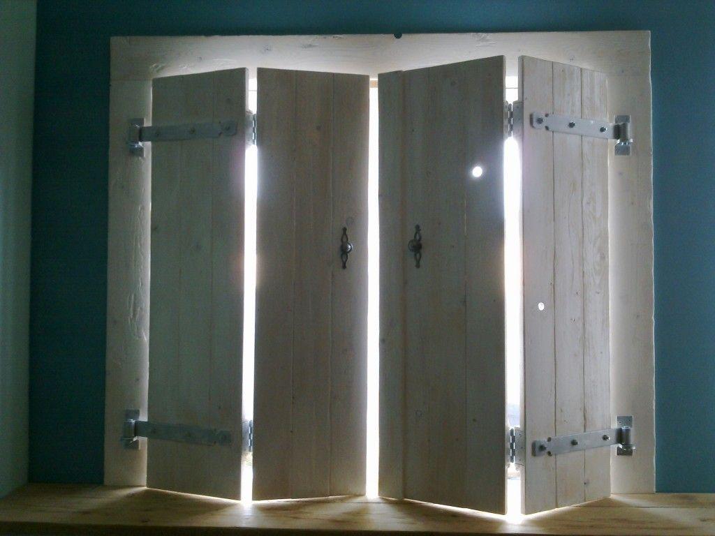 Luikenluiken geven een warme sfeer aan een kamer en zijn op maat te maken voor bijna elk raam - Warme kleuren kamer ...