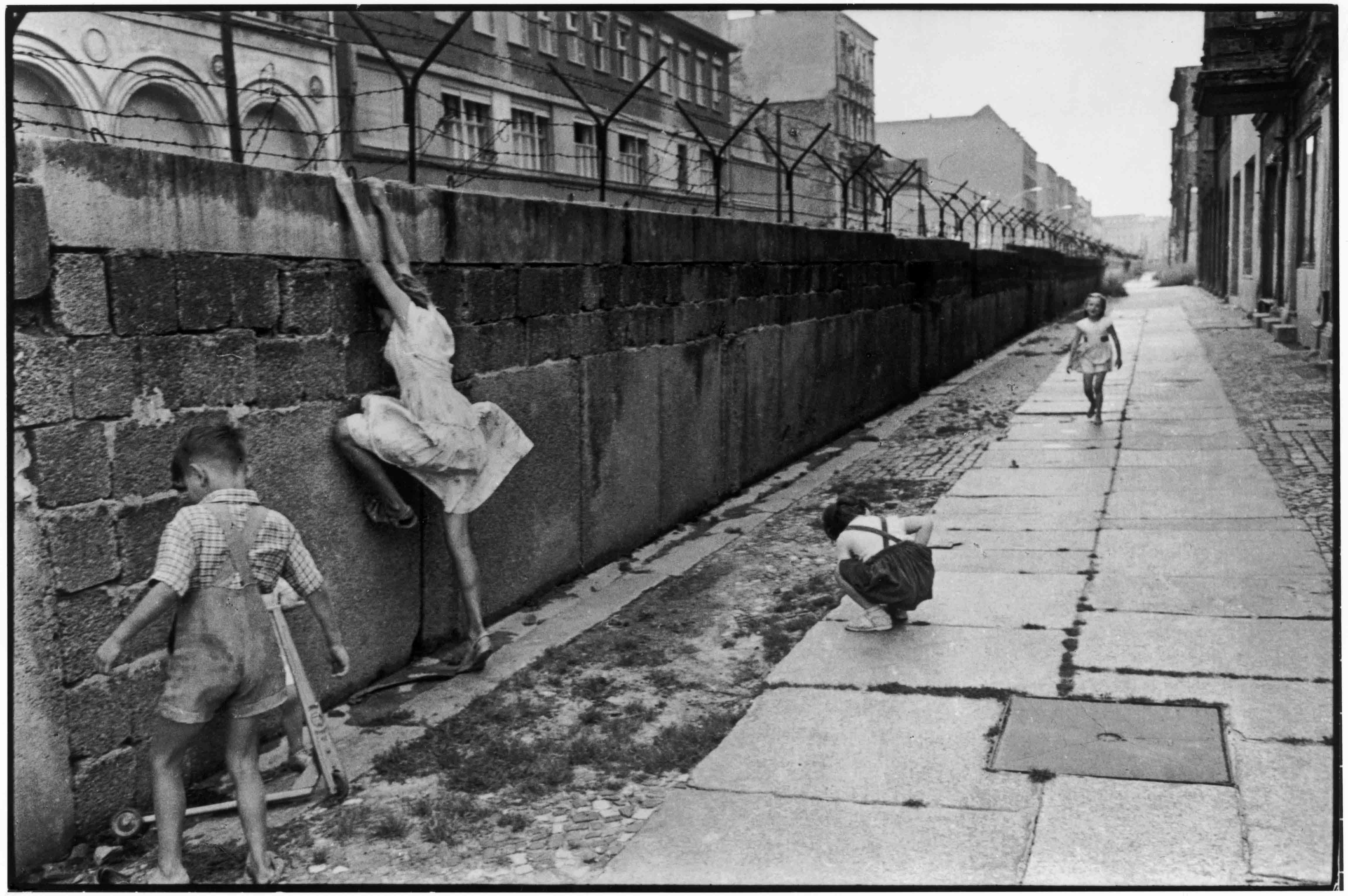 Célèbre The Berlin wall. West Berlin, West Germany, 1962 © Henri Cartier  JI72