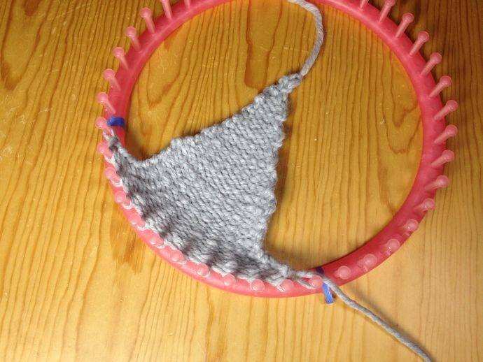 How to loom knit an ear flap triangle | Tricotin | Pinterest | Telar ...