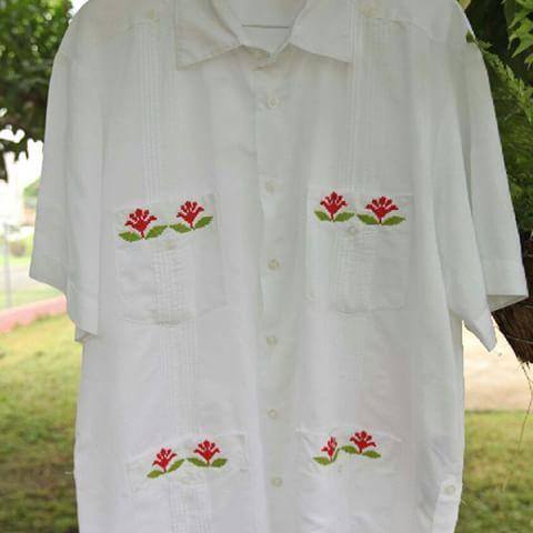 2e9d730859 Camisa estilizada de hombre manga corta con detalles en los bolsillos tipo  coquitos marcados