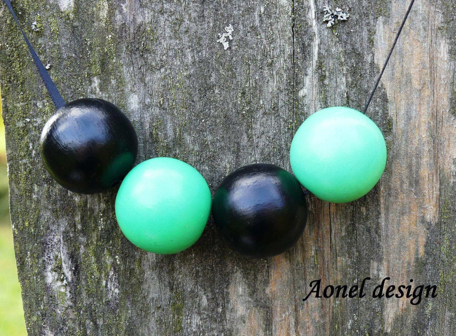 Zeleno-černý+náhrdelník+z+dřevěných+korálků+Nanesením+se+skládá+ze+2+černých+korálků+(2x25mm)+a+2+zelenych+korálků+(2x25mm).+Korálky+jsou+natřené+akrylovou+barvou+a+přelakované.+Korále+jsou+na+černé+stuze,+její+délku+si+sami+nastavíte.+Jednoduché+a+krásné.+V+ceně+je+i+krabička+v+hodnotě+40Kč,+pokud+budete+chtít+zboží+zaslat+bez+krabičky,+napište+to...