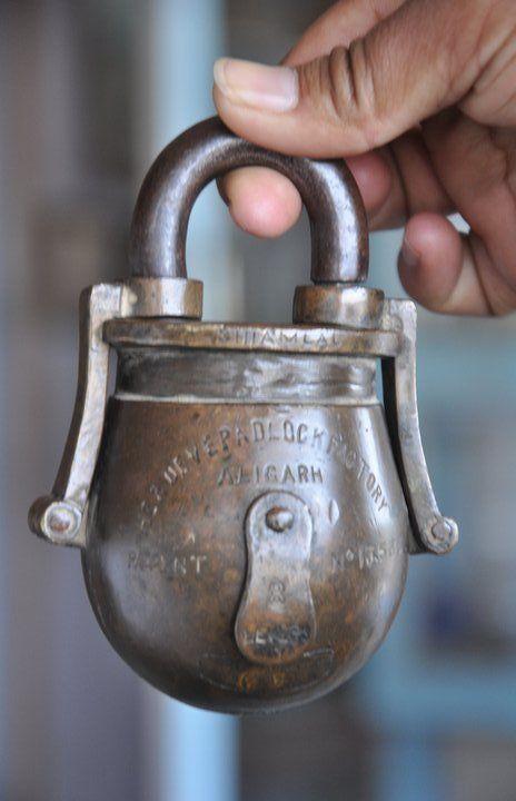 Rare Old Brass 1930 S Handcrafted Pot Bulb Shape Hardev Factory Padlock Candados Cerraduras Llaves