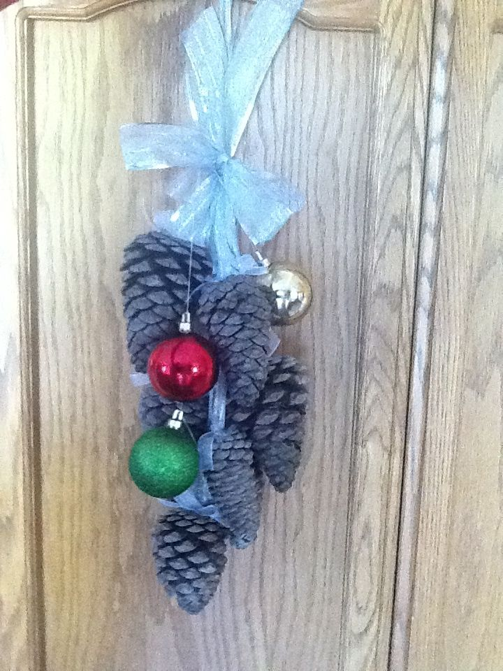 DIY pinecone christmas door decor made with those yummy Cinnamon - christmas decors