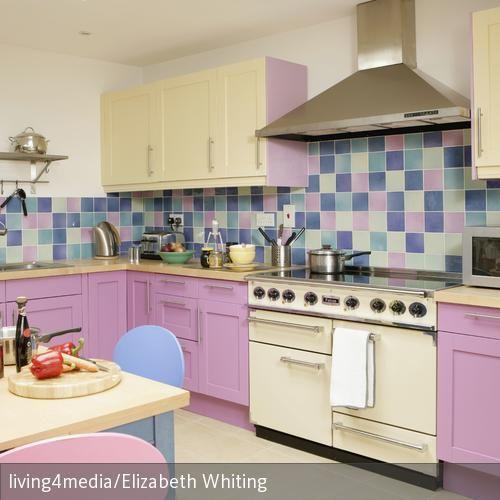 Die Bunten Fliesen Zwischen Rosa Und Creme Machen Die Küche Zu Einem  Verspielt Romantischen Aufenthaltsort