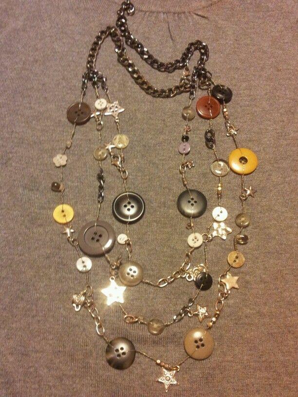 Collana a tre fili realizzata con bottoni e catenelle, ciondoli  perline, recuperati da vecchia bigiotteria.