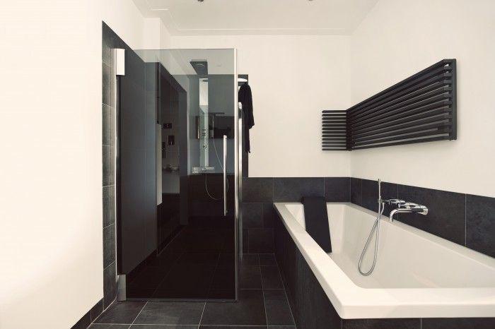 De eerste kamer in deze strakke badkameropstelling staat een luxe