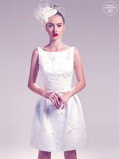 Vestido de noiva curto cinquentinha com flores aplicadas Wanda Borges, fascinator Renata Bernardo, brincos e anel Olavo Hermoso