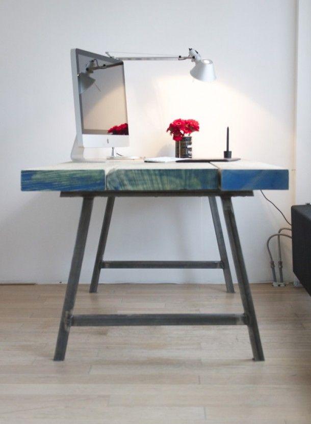 Tafel van stalen frame met dikke houten planken for Stalen onderstel tafel laten maken
