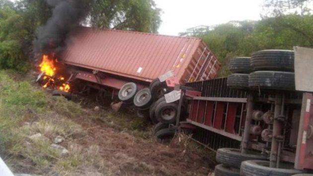 Protección Civil de Tarímbaro informó que el tráiler de doble remolque viajaba con dirección a México cuando volcó y salió de la carpeta asfáltica a la altura del kilómetro 236, ...