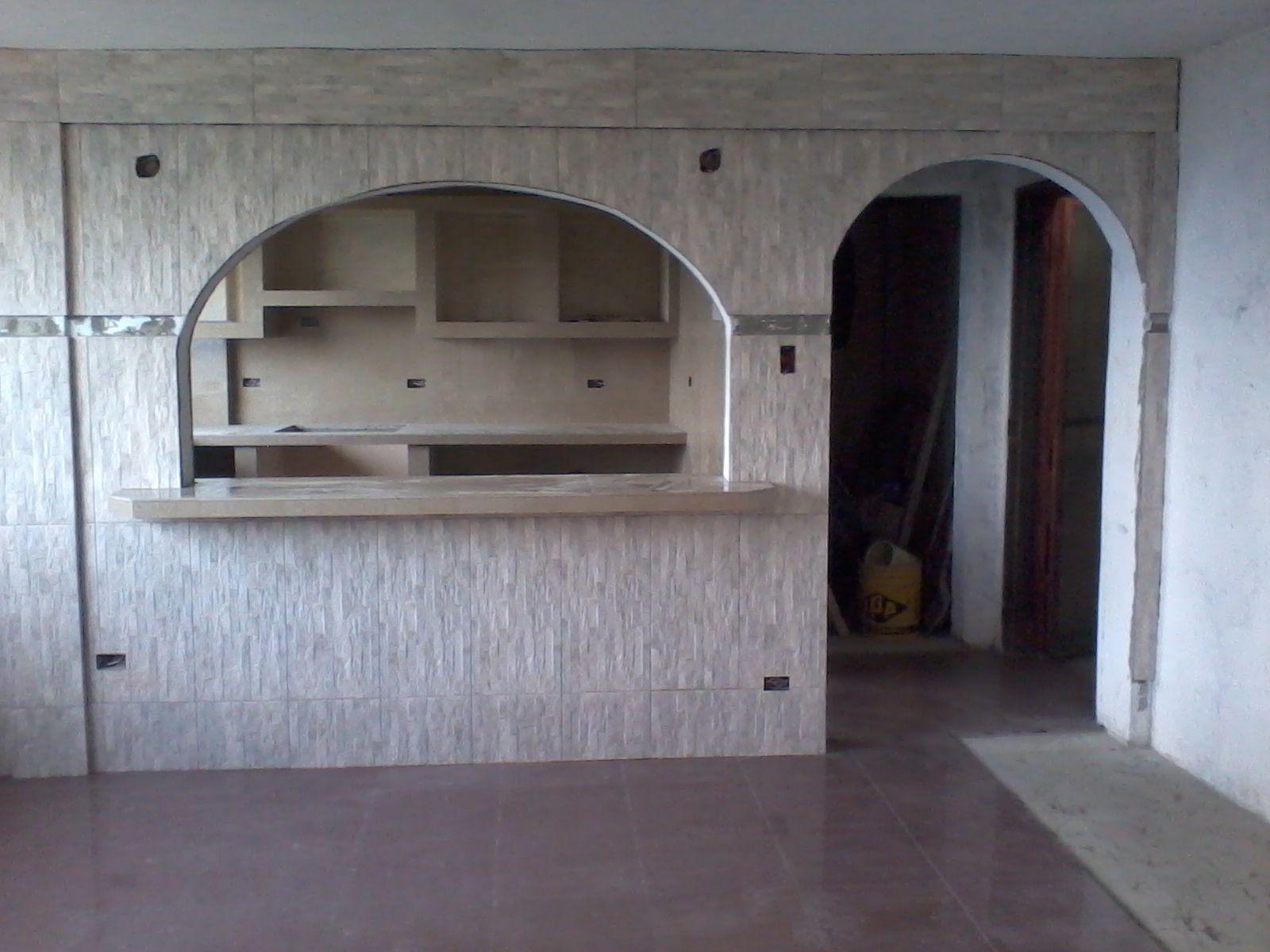 Pared divisoria forrada con cer mica rustica y piso de for Modelos de cocinas empotradas en cemento y porcelanato