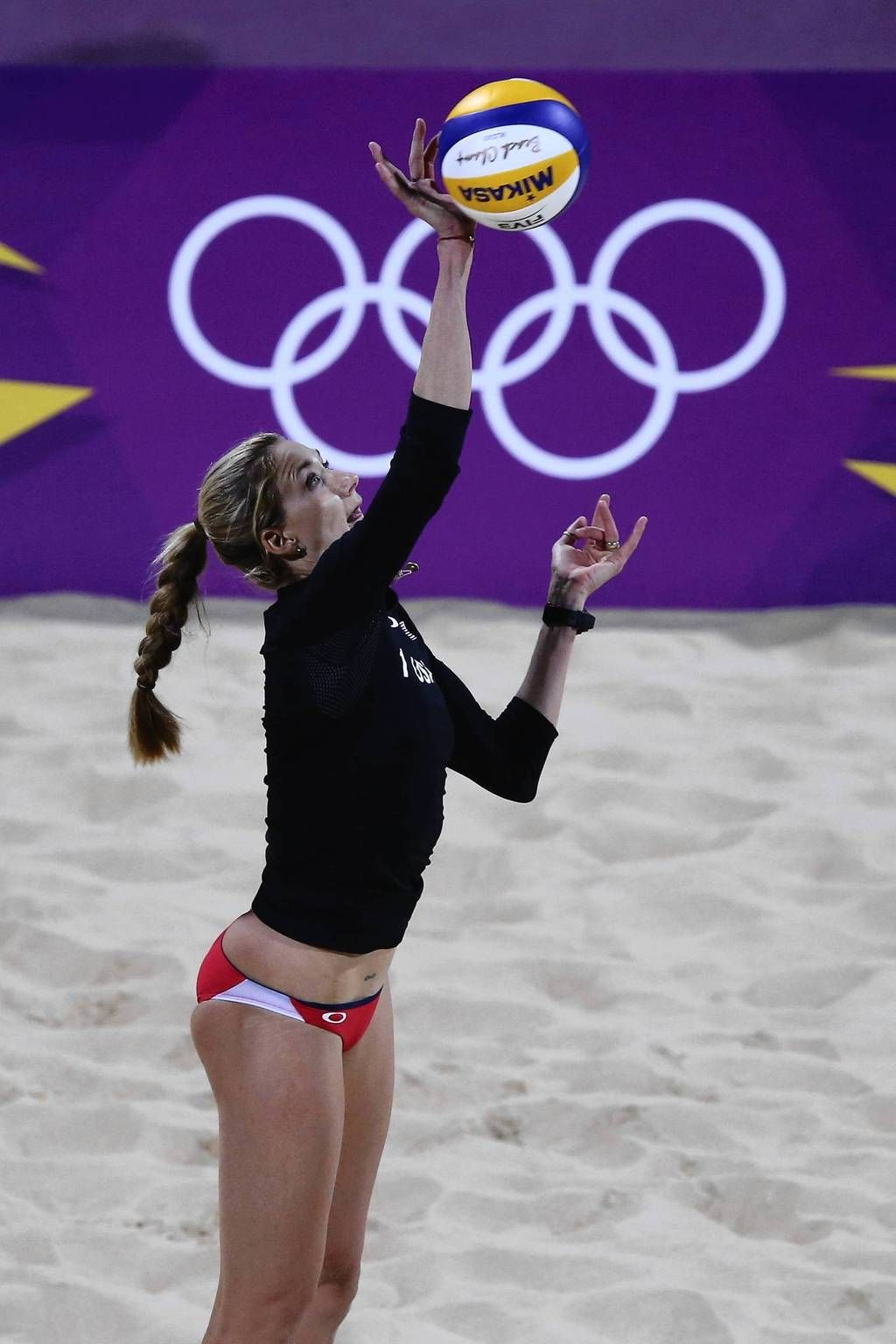 Kerri Walsh Jennings Serves Against Australia During The Women S Beach Volleyball Preliminary Round Volleyball Workouts Kerri Walsh Beach Volleyball