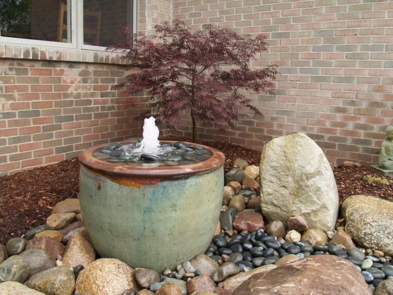 Kleiner Gartenbrunnen aus Keramik im Steingarten | Garden ...