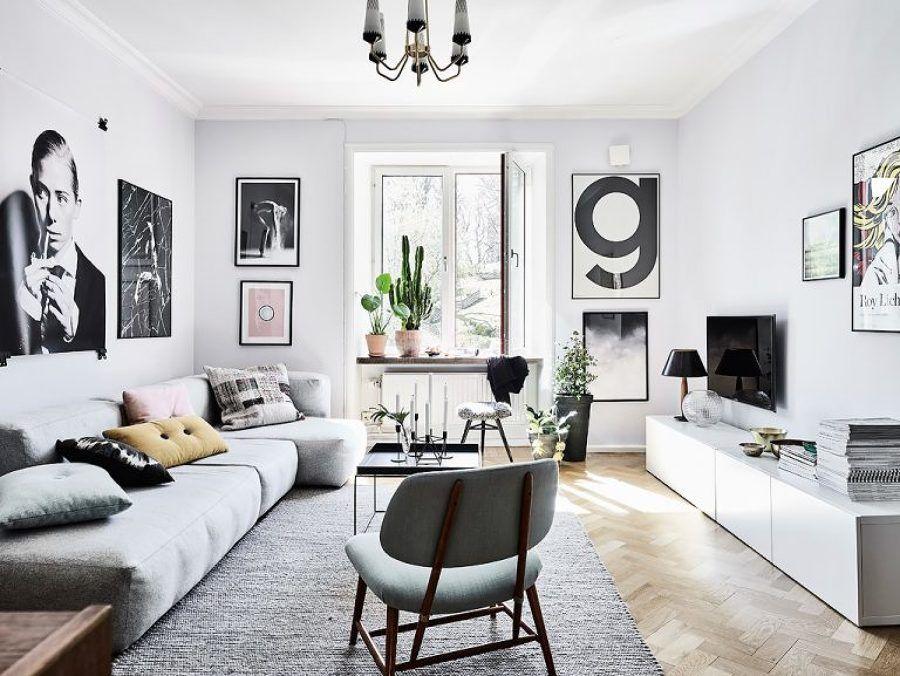 Sal n con sof gris blanco negro y mucho arte en un - Interiorismo salones ...
