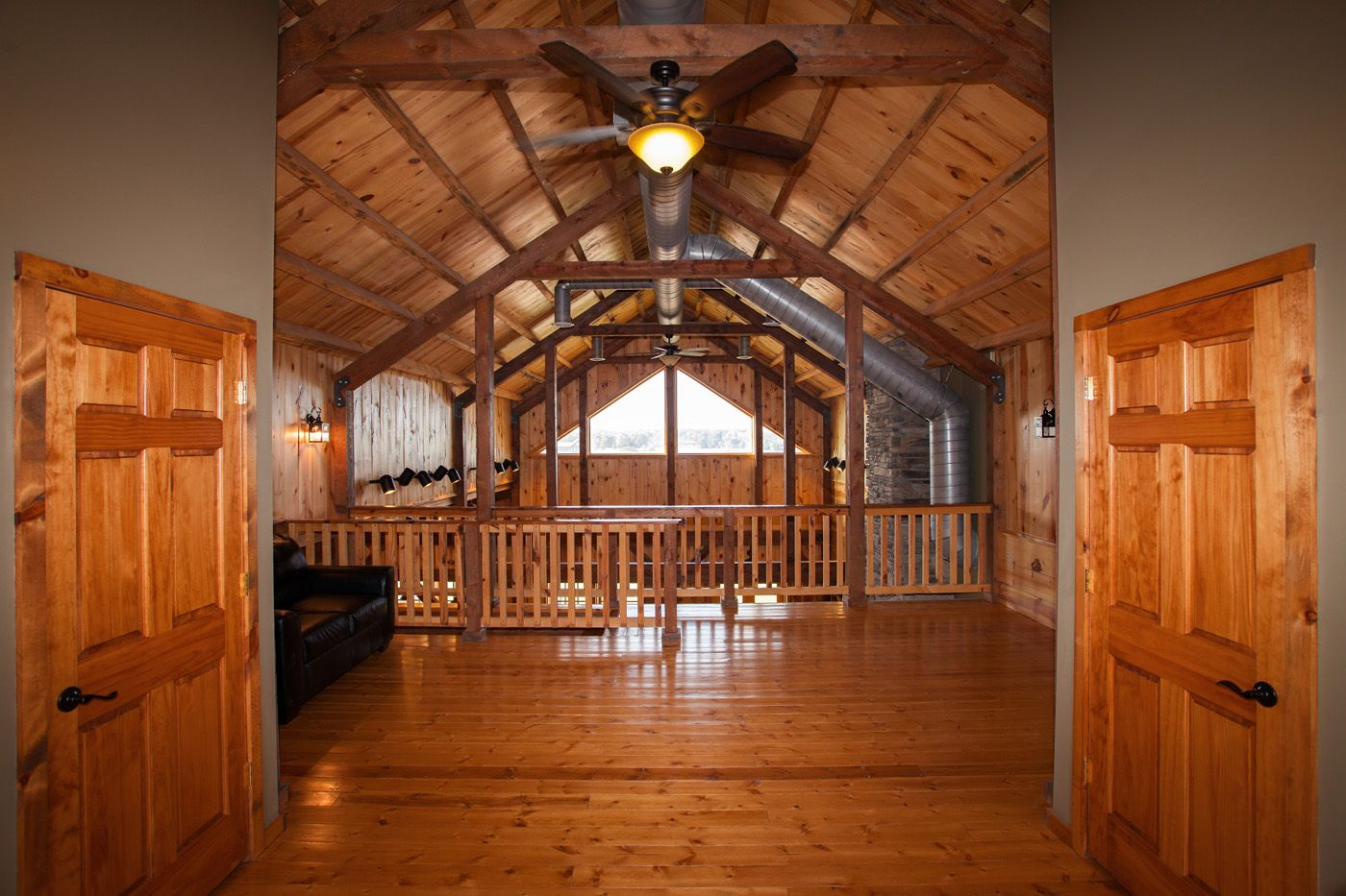 Open Loft Space Cabin Barn Home Sand Creek Post Beam Https Www Facebook Com Sandcreekpostandbeam Barn House Kits Barn House Timber Frame Barn