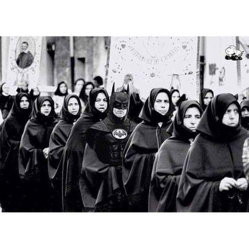 Semana Santa en Gotham con Batman http://frikinianos.es/semana-santa-en-gotham/ #humor #batman#semanasanta #procesiones #gotham