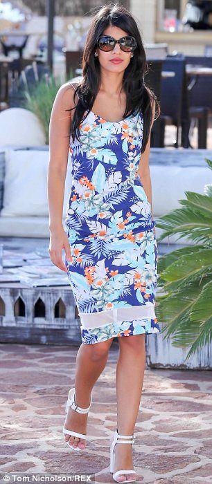 Demure: Jasmin Walia mostró su figura delgada en un vestido de flores sorprendentemente re...