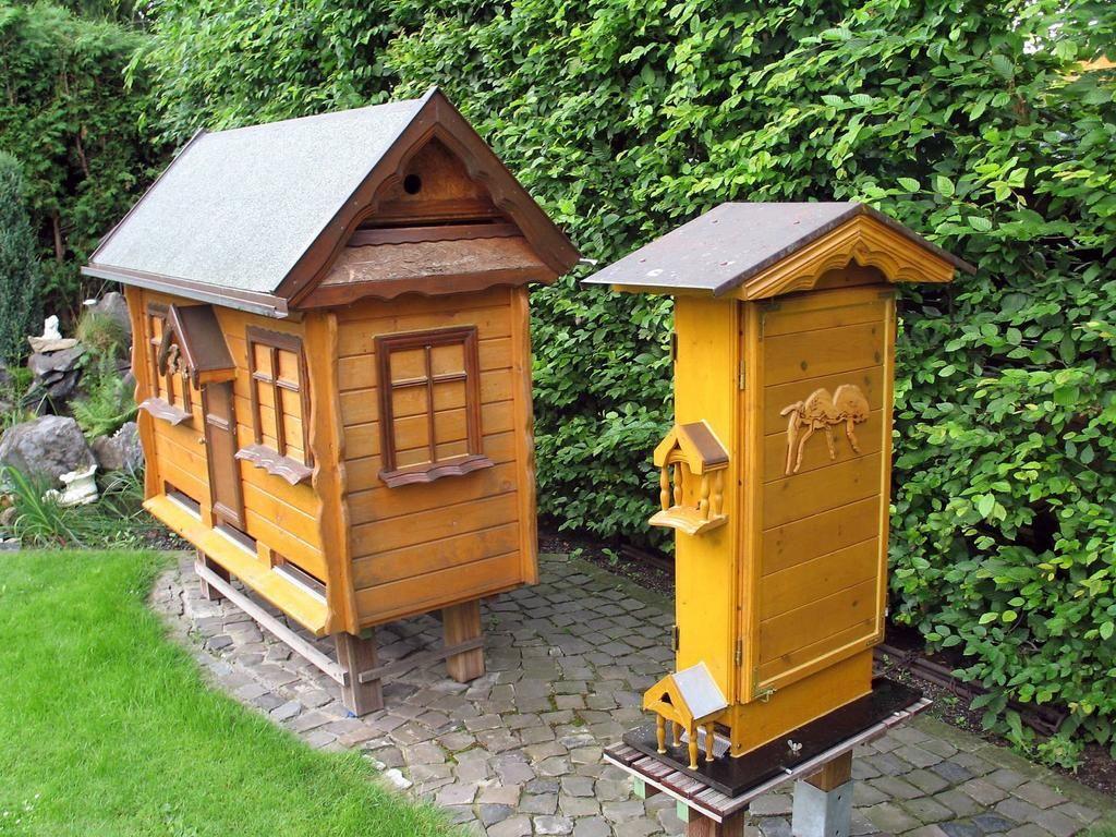 Bienen Villa links und Schaukasten rechts Georg Cogiel