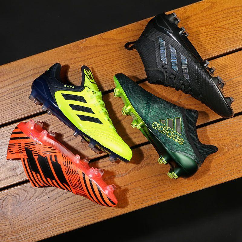 5ae8dc077b4 Botas de fútbol con tacos adidas. Temporada 2017-2018. Foto: Marcela  Sansalvador
