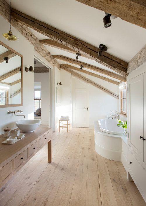 Un ampio #bagno riscaldato dal legno #mansarda - The Gray Barn farmhouse, Chilmark, MA.' Holmes Hole Builders.