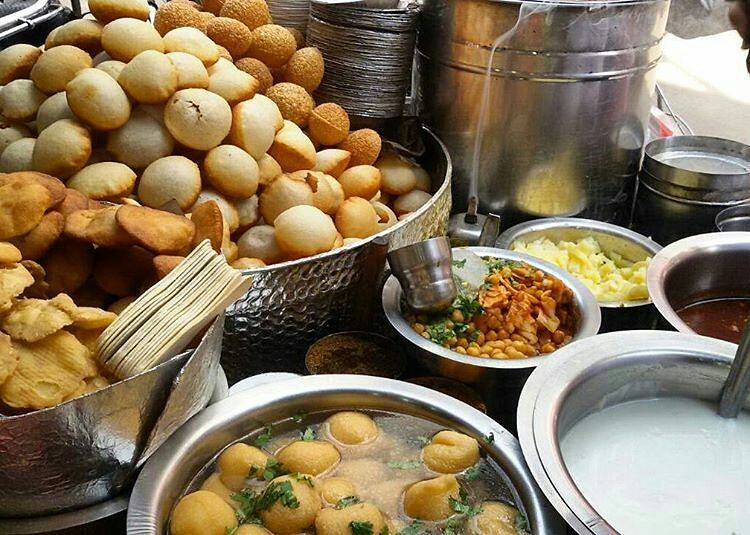 Like the best view ever from the best place ever :D Chandni Chowk and Chaat are best said in one breath.. Agree much ?  Also we have this amazing photowalk happening this Sunday be a part of it to experience everything like this.  Regram from @mannikalocallydelhi #DforDelhi #golgappe #bhalle #streetfood #delhistreetfood #streetfoodlove #sadakchaap #delhifoodblogger #foodblog #delhifoodtrail #delhigirl #chandnichowk #olddelhi #delhi6 #charming #heritage #sodelhi #foodtalkindia #lbb #dfordelhi…