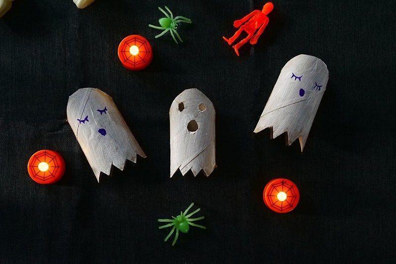 Geister aus Klopapierrollen mit Kindern zu Halloween basteln — Mama Kreativ #geisterbasteln So kannst du Geister aus Klopapierrollen mit Kindern zu Halloween basteln - schnell und einfach. Die perfekte Idee für eine Halloween Bastelei! #geisterbasteln