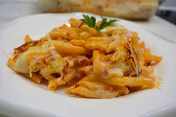 Puedes ver la receta escrita con fotos del paso a paso con el siguiente enlace: http://www.cocina-familiar.com/macarrones-gratinados-a-la-riojana/