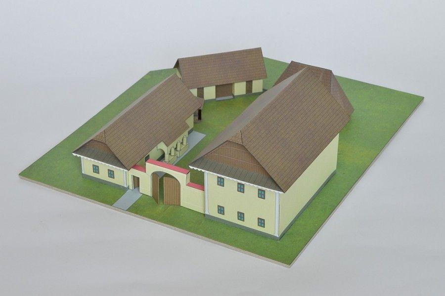 Usadlosť z oblasti Podunajskej nížiny je typickou ukážkou obydlí v tomto geografickom priestore. Okrem obývacej časti boli súčasťou statku aj hospodárske stavby: stodola, kôlňa, studňa a chlievy.