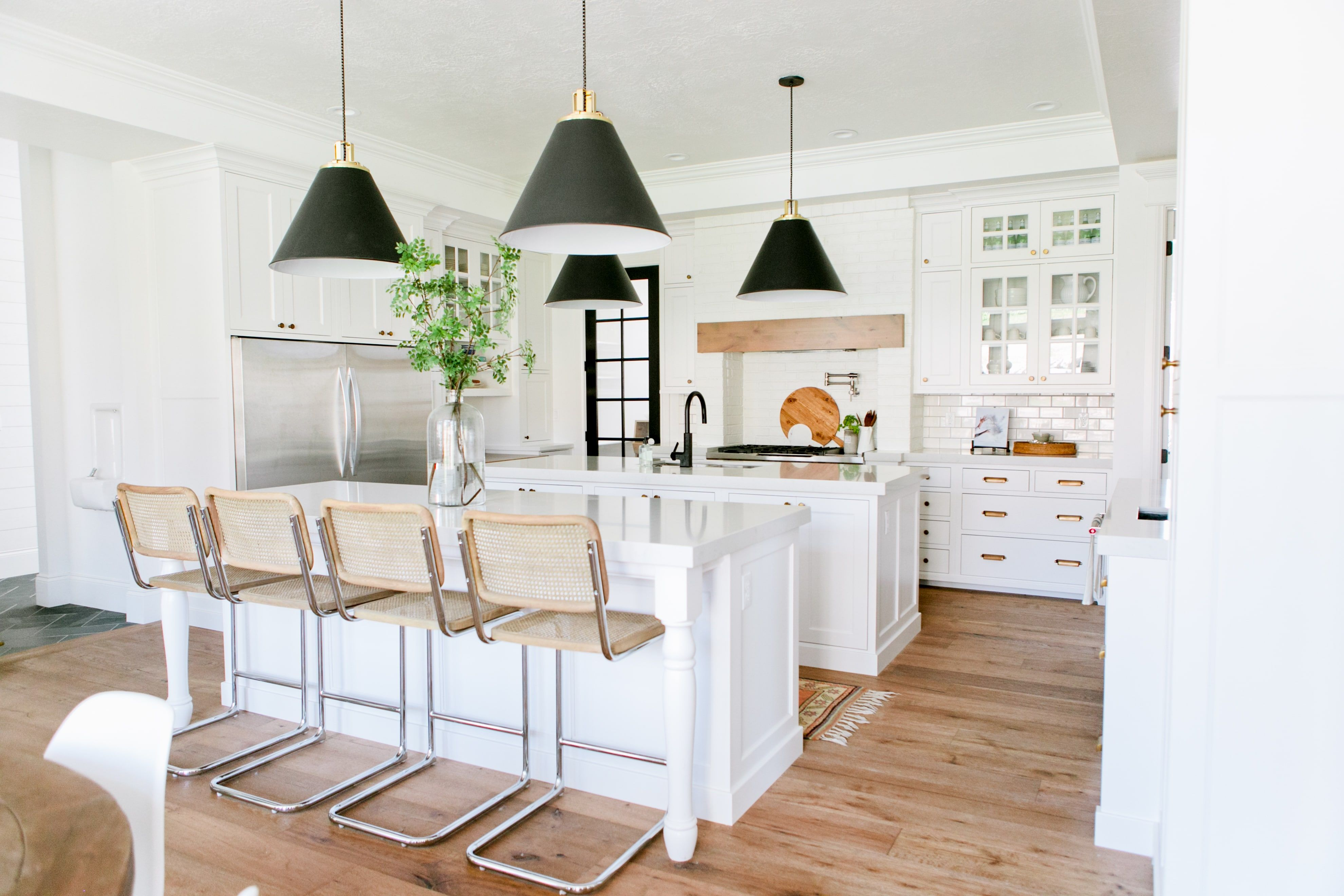 La mode est la cuisine ouverte blanche la fois sobre lumineuse esth tique voil des - Cuisine americaine blanche ...