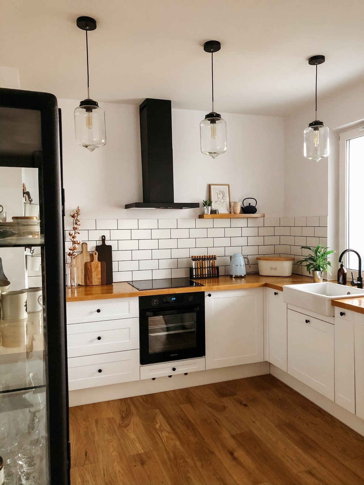 Minimalistyczna Kuchnia Biala Z Elementami Drewna Tiny Kitchen Kitchen Cabinets White Kitchen