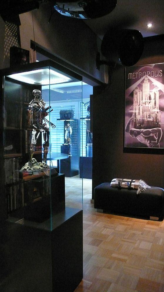 Epic Cinemaquette Endoskelett Terminator in Eigenbau Vitrine mit LED Beleuchtung