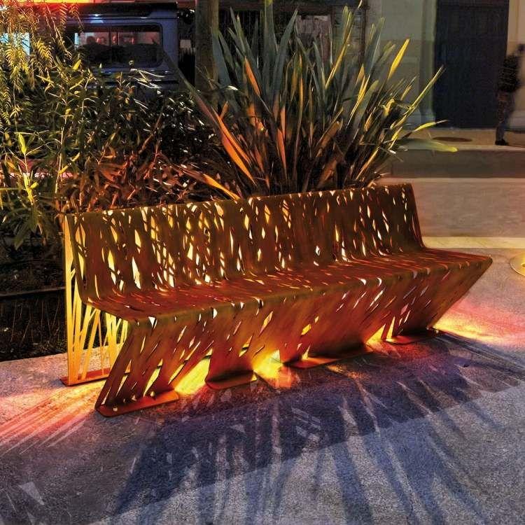 dekorativer Sitzbank mit filigranen Ausschnitten von LAB23 - gemauerte sitzbank im garten