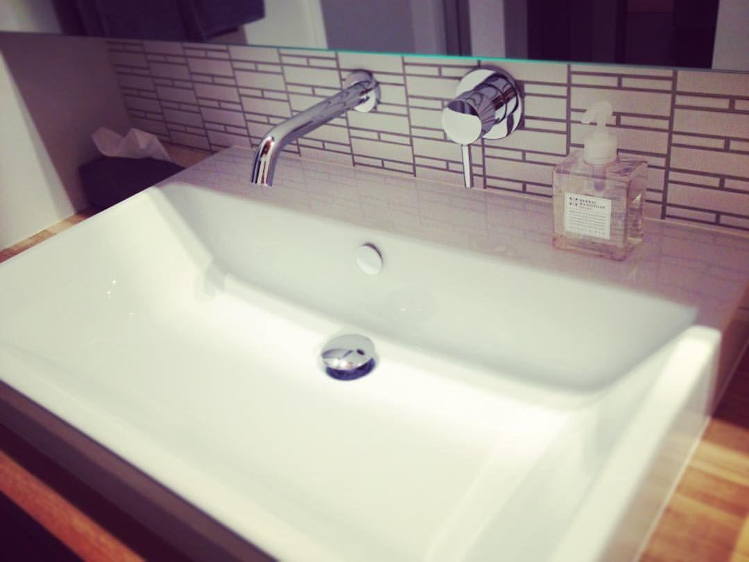Konchi313 Instagram 減額調整でも絶対外せなかったのがこの洗面の壁付け水栓 リノベ前から 洗面の水栓は絶対壁付けにする と決めてました 掃除もしやすそうだし 何よりかっこいいから 結果 掃除しやすいし 見た目も素敵だし 妥協しなくて良かった 水栓の