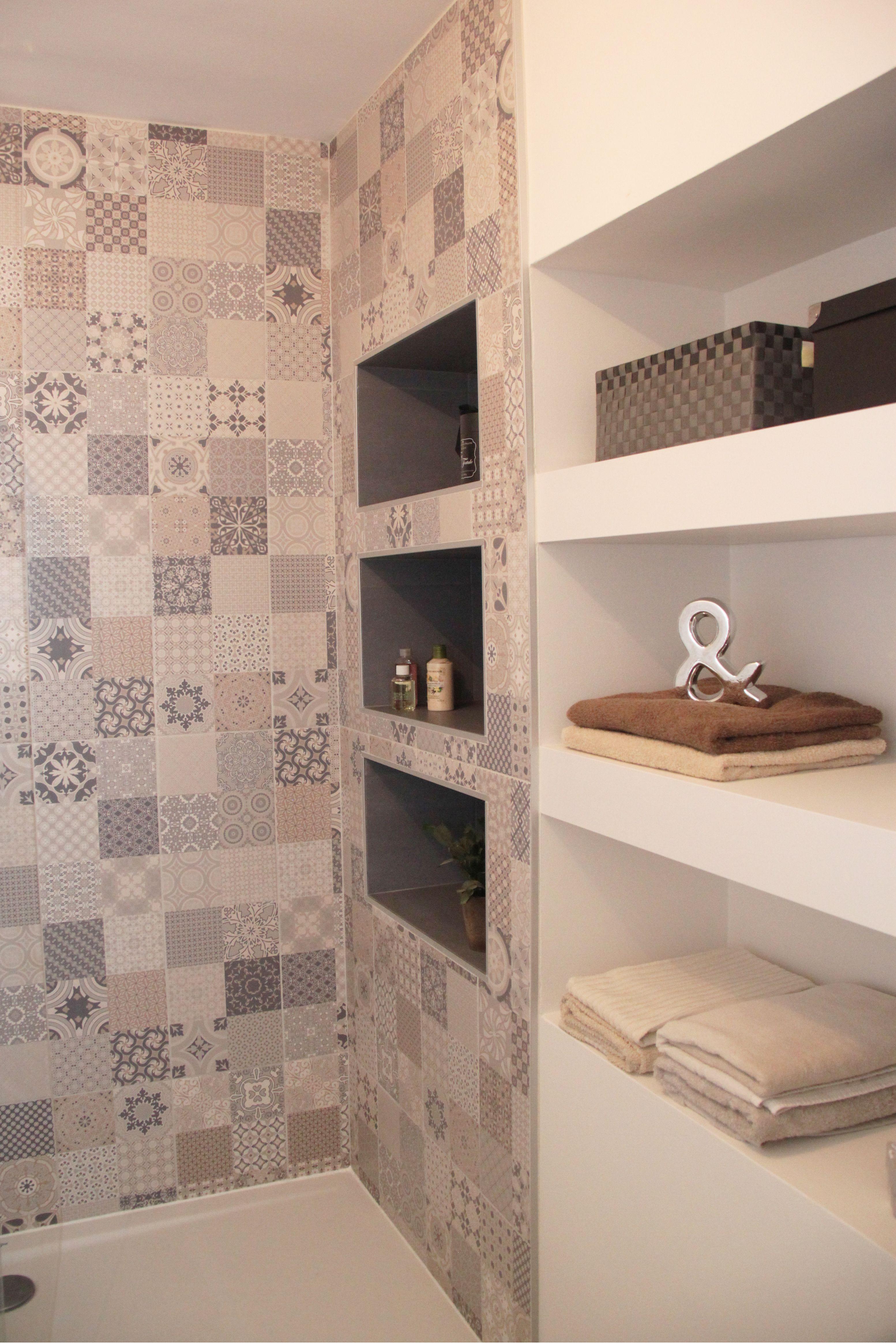douche à motif carreau ciment avec niche bleu bac extra plat blanc