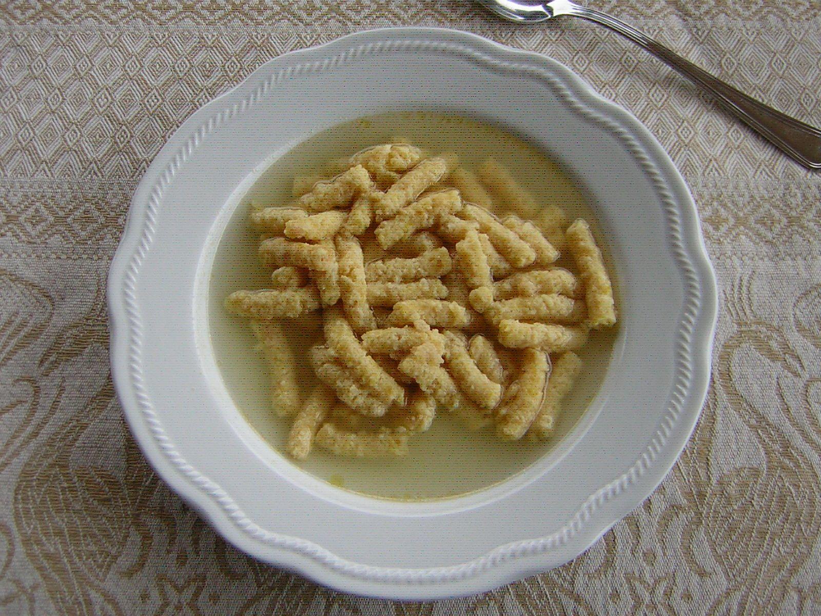 I passatelli in brodo di gallina sono un piatto molto buono e anche facile da preparare. A me hanno regalato di recente un attrezzino carino e funzionale