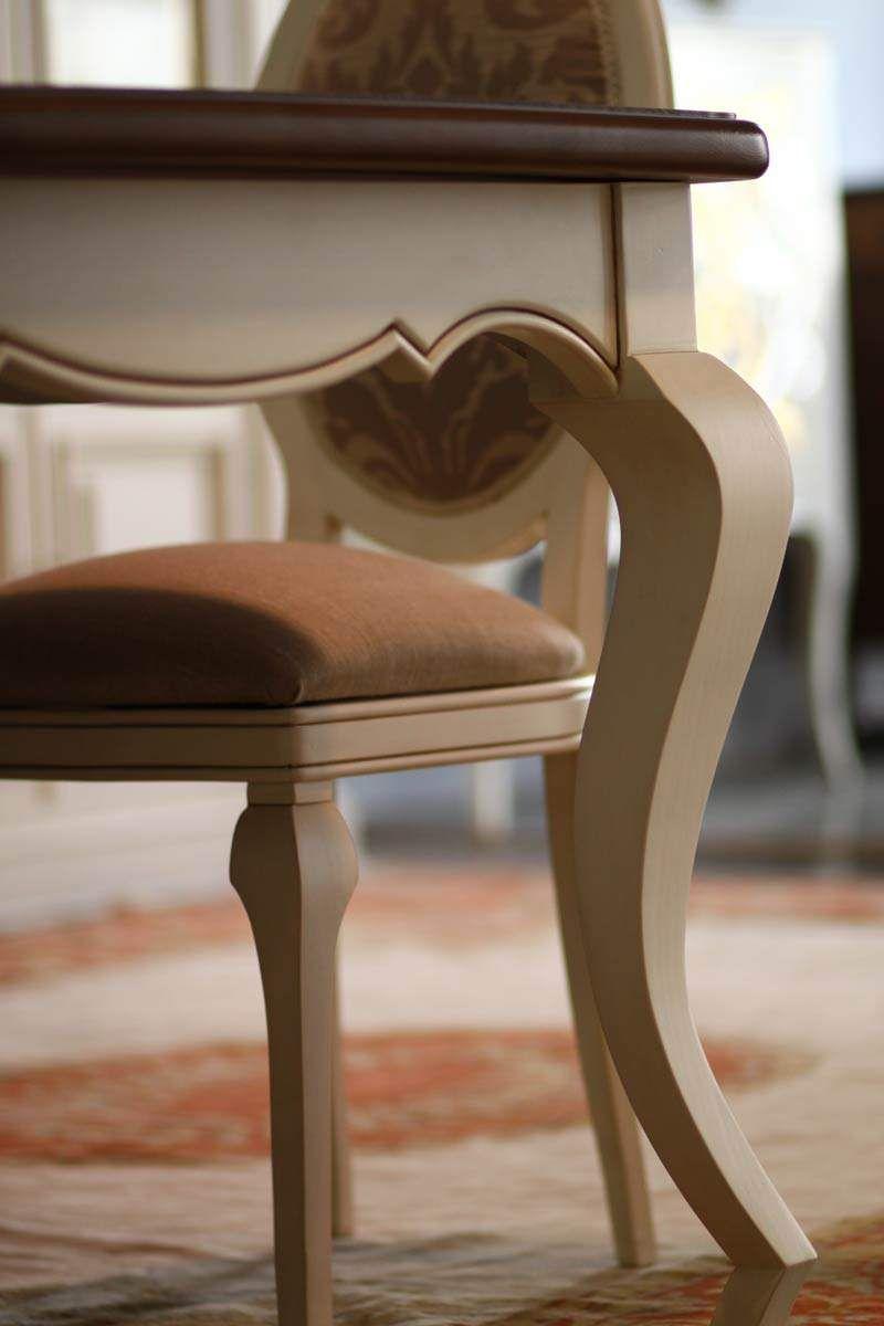 mesa y sillas lacadas