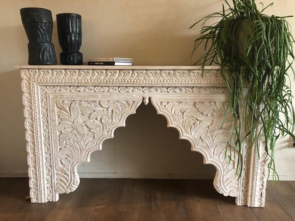 Unieke oosterse sidetable met schitterend houtsnijwerk whitewash bij