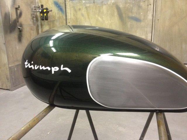 Réservoir TRIUMPH flanc acier poli, peinture vert anglais métallisé avec filets blancs