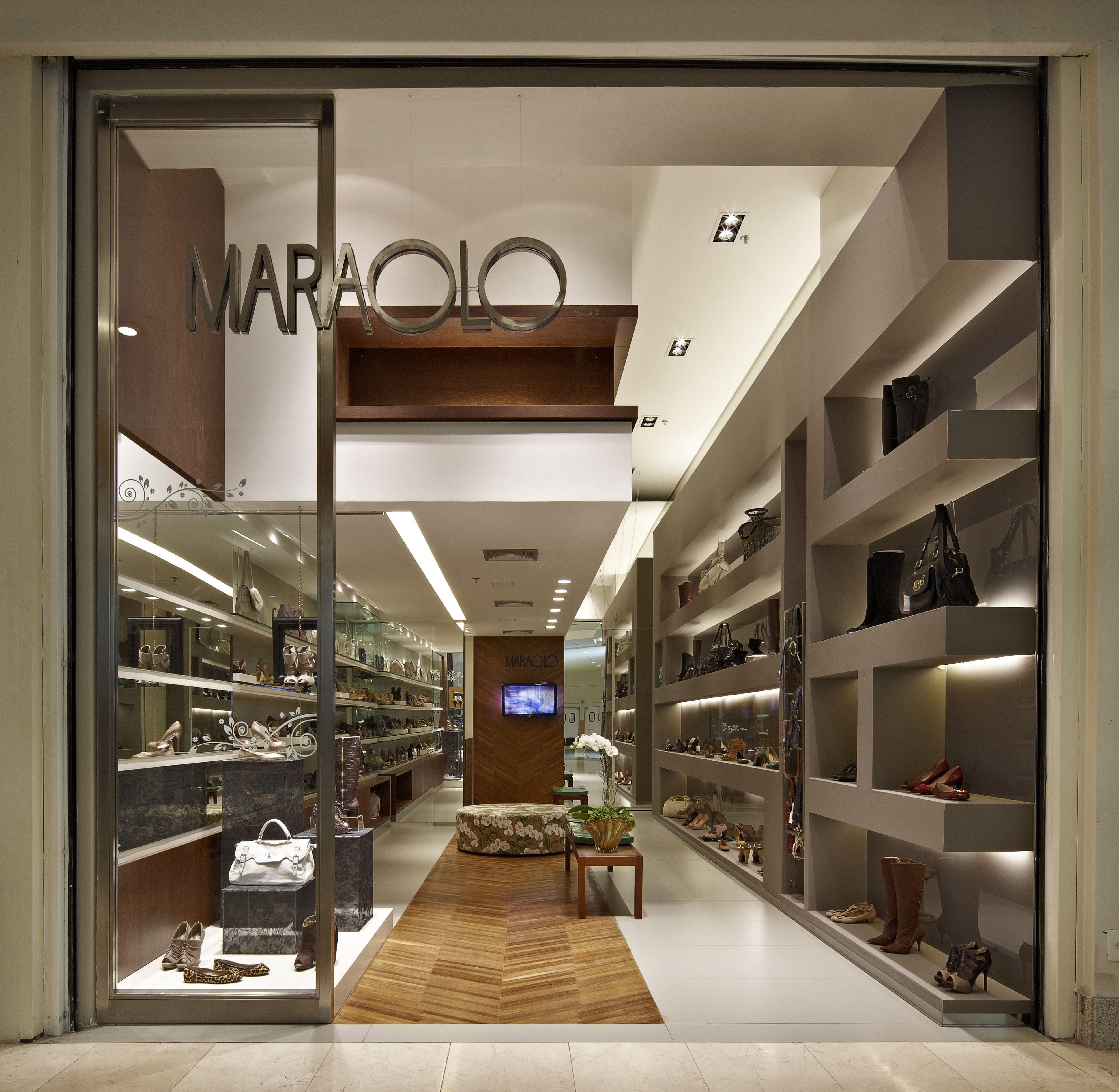Vitrine da loja de calçados e acessórios femininos no bairro Santa Efigênia