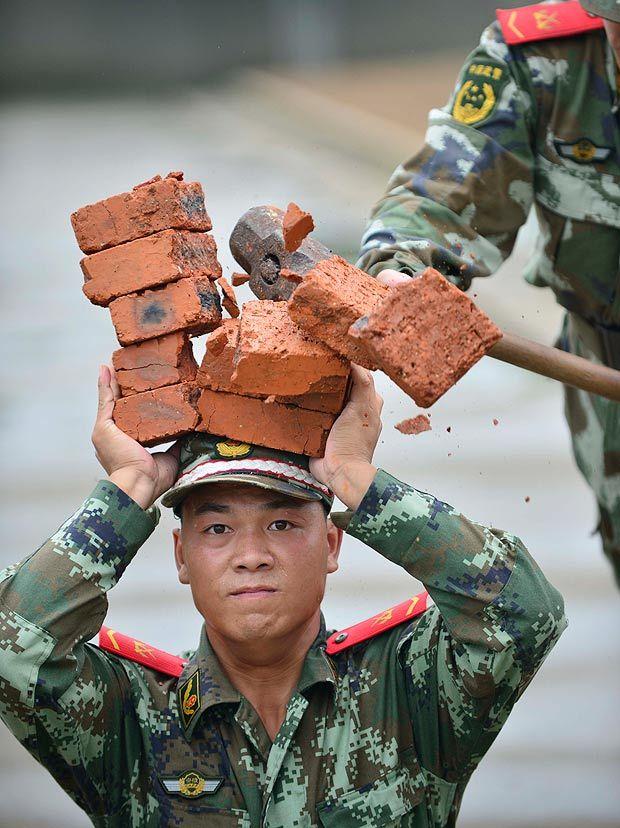 http://img.thesun.co.uk/aidemitlum/archive/01769/ChineseArmy_1769411a.jpg